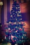 Julgran dekorerad hemmastadd inre Fotografering för Bildbyråer