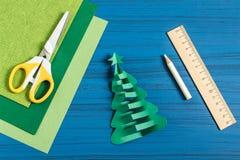 Julgran för danande 3D från papper Moment 6 Royaltyfri Fotografi