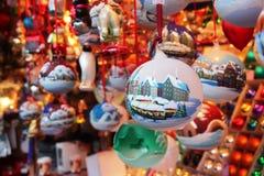Julgran för leksak för nytt år för jul som dekorerar traditionsfamiljköpet Royaltyfri Foto
