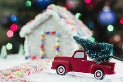 Julgran för pepparkakahuset Arkivfoton