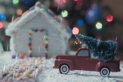 Julgran för pepparkakahuset Arkivfoto