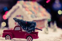 Julgran för pepparkakahuset Arkivbilder