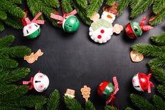 Julgran förgrena sig med garneringar på en svart bakgrund royaltyfri bild
