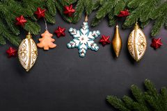 Julgran förgrena sig med garneringar på en svart bakgrund royaltyfria foton