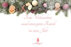 Julgran förgrena sig mot vit bakgrund med den glade julen för text och ett lyckligt nytt år royaltyfri bild