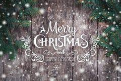 Julgran förgrena sig på träbakgrund Sammansättning för Xmas och för lyckligt nytt år royaltyfria foton