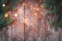 Julgran förgrena sig på träbakgrund Sammansättning för Xmas och för lyckligt nytt år royaltyfria bilder
