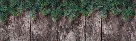 Julgran förgrena sig på träbakgrund Sammansättning för Xmas och för lyckligt nytt år Lekmanna- lägenhet, bästa sikt arkivbilder