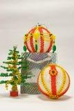 Julgran från pärlor och handcrafted bollar Royaltyfria Foton