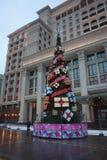 Julgran framme av hotellet Moskva Royaltyfria Foton