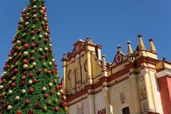 Julgran framme av kyrkan Royaltyfri Bild