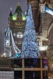 Julgran framme av tornbron i London, UK royaltyfri foto