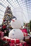 Julgran, gåvor och snögubbe Royaltyfri Bild
