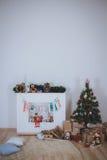 Julgran, gåvor och spis Royaltyfri Fotografi