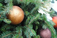 Julgran - garnering med färgrika flaskor och visare Arkivbilder