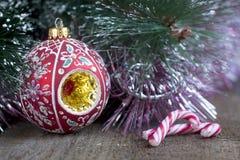 Julgran, garneringar och godis Arkivbild