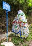 Julgran gjorda fronplast-flaskor Arkivbild