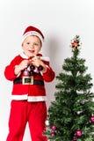 Julgran hållande struntsaker. arkivfoton