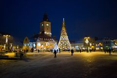 Julgran i Brasov rådfyrkant Härlig belysning arkivbild