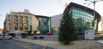 Julgran i den centrala fyrkanten av staden av Pomorie i Bulgarien Arkivbild
