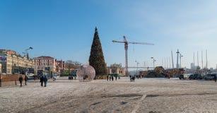 Julgran i den centrala fyrkanten av Vladivostok Royaltyfri Bild