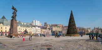 Julgran i den centrala fyrkanten av Vladivostok Arkivfoto