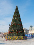 Julgran i den centrala fyrkanten av Vladivostok Arkivbild