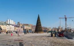 Julgran i den centrala fyrkanten av Vladivostok Arkivfoton