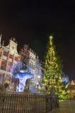 Julgran i den gamla staden i Gdansk vid natt Arkivbilder