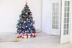 Julgran i den vita Hallen på jul Royaltyfri Bild