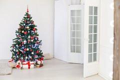 Julgran i den vita Hallen på jul Royaltyfria Bilder