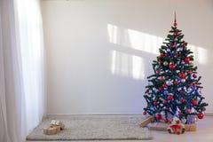 Julgran i ett vitt rum för jul med gåvor Arkivfoto