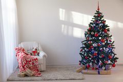 Julgran i ett vitt rum för jul med gåvor arkivfoton
