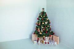 Julgran i huset toys trä toys för spheres för bakgrundsjul exponeringsglas vita isolerade Arkivfoton