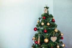 Julgran i huset toys trä toys för spheres för bakgrundsjul exponeringsglas vita isolerade Royaltyfri Bild