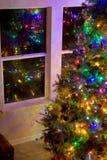 Julgran i livingroomen Arkivfoto