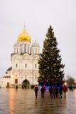 Julgran i MoskvaKreml Ärkeängeldomkyrka Arkivfoto