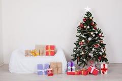Julgran i rummet med julpynt och gåvaleksaker arkivfoton