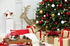 Julgran i rummet nära spisen royaltyfri fotografi