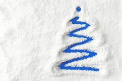 Julgran i snowen Arkivfoto