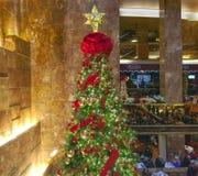 Julgran inom trumftorn i NYC Royaltyfri Fotografi