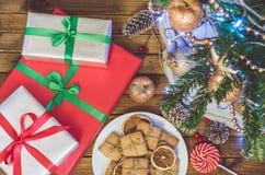 Julgran, leksaker och gåvor royaltyfri fotografi