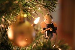 Julgran, ljus och ängel Arkivfoto