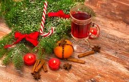 Julgran, mandarine, glogg och stearinljus Royaltyfri Foto