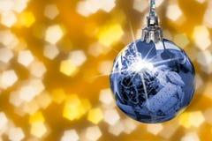 Julgran med överflöd av gåvor i spegel från skinande boll fotografering för bildbyråer