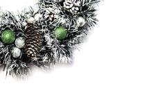 Julgran med boll- och kottegarnering i konstgjord snö royaltyfri fotografi