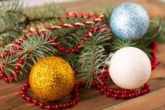 Julgran med bollar och pärlor Arkivbilder