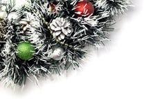 Julgran med bollgarnering isolerat arkivbild