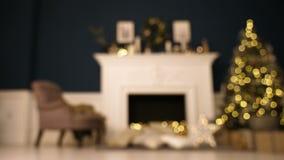 Julgran med defocused ljus Vardagsrum som dekoreras för blured jul stock video