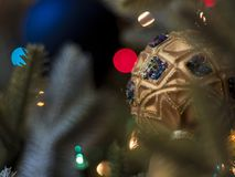 Julgran med den eleganta prydde med ädelsten prydnaden Arkivbild